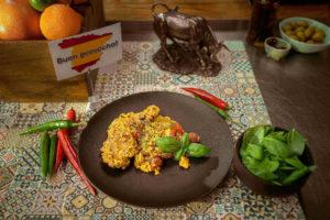 Paella z kurczakiem i chorizo - Kulinarna podróż z Pasażami Tesco i Mateuszem Gesslerem