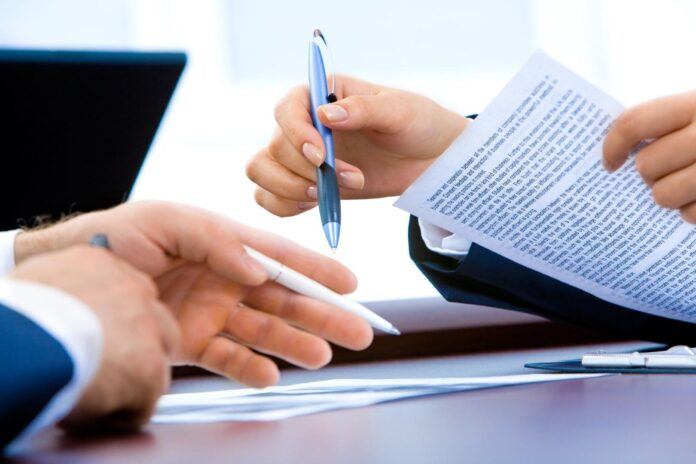 Dwie osoby analizujące dokument