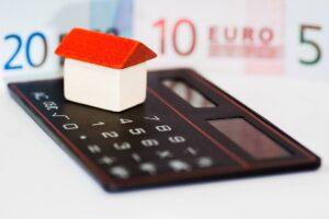 Kalkulator i miniatura domu