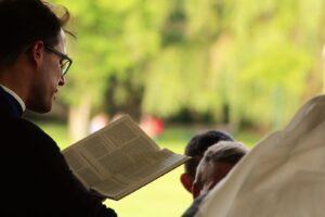 Ksiądz czytający kazanie