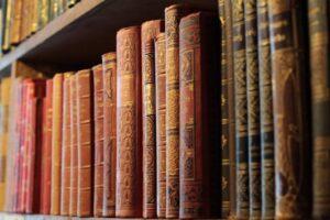 Grzbiety książek na regale