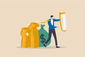 Postać osłaniająca tarczą swoje pieniądze