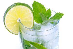 Szklanka wody z limonką i miętą