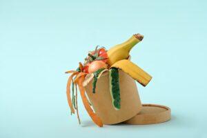 Obierki owoców i warzyw w biodegradowalnym kubku