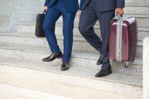 Dwóch mężczyzn udających się w delegację