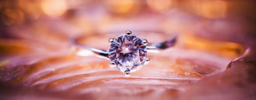 Pierścionek z diamentem - zdjęcie makro