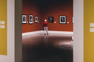 Kobieta oglądająca fotografie w galerii sztuki