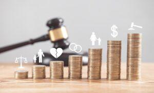 Młotek i pieniądze symbolizujące sprawę sądową o alimenty