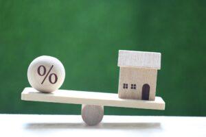 Dom oraz stopa procentowa po dwóch stronach wagi