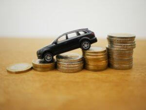 Model auta terenowego i stosiki monet