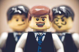 Figurki Lego przedstawiające biznesmenów