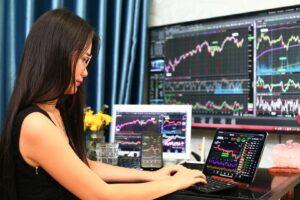 Kobieta pracująca w domu maklerskim