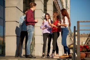 Młodociani pracownicy na przerwie w pracy
