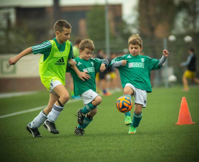 Dzieci w szkółce piłkarskiej