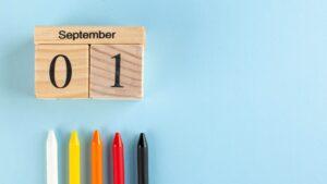 Kredki i drewniane klocki z datą rozpoczęcia roku szkolnego