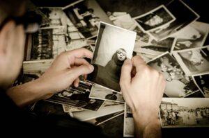 Człowiek spoglądający na fotografię