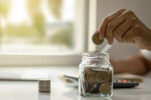 Odkładanie zaoszczędzonych pieniędzy do słoika
