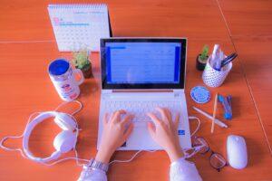 Mężczyzna piszący tekst na bloga