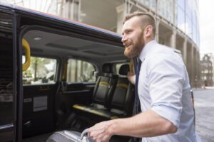 Mężczyzna wyruszający w podróż służbową