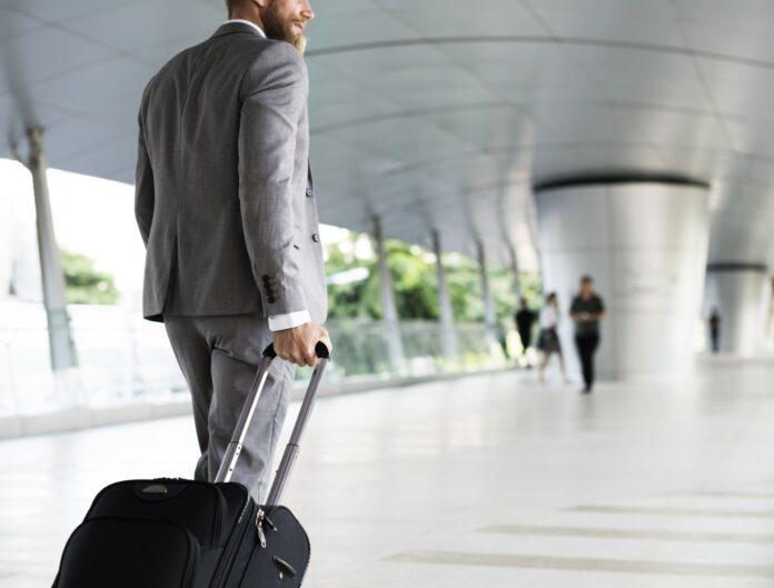 Mężczyzna udający się w podróż służbową