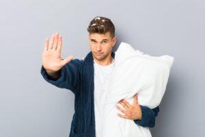Mężczyzna trzymający poduszkę
