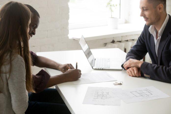 Para podpisująca umowę dotyczącą kredytu