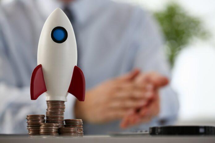 Model rakiety stojący na monetach