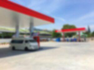Rozmyte zdjęcie stacji benzynowej popularnego koncernu