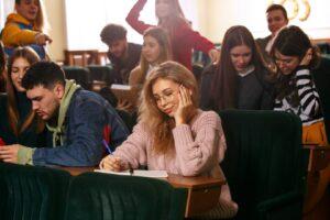 Grupa studentów na zajęciach