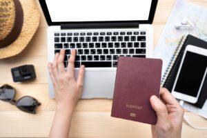 człowiek szukający ofert pracy za granicą na laptopie