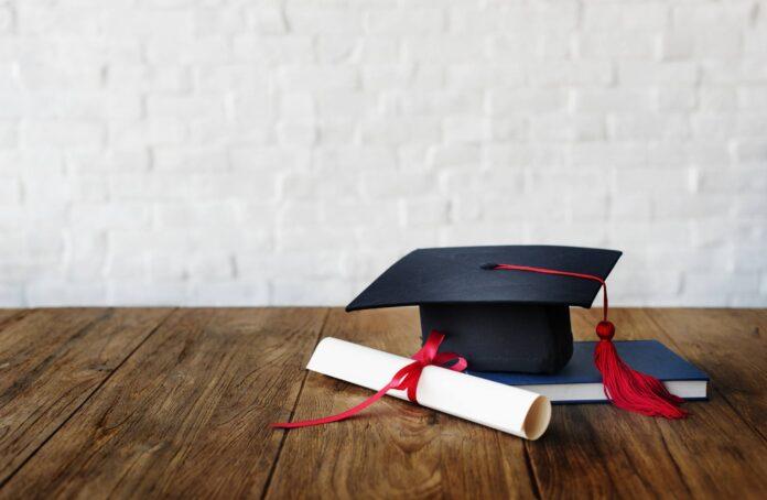 Biret i dyplom ukończenia studiów