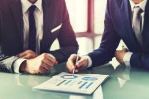 Doradca finansowy wyjaśniający pewne kwestie klientowi