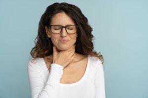 Kobieta cierpiąca na uszkodzenie głosu
