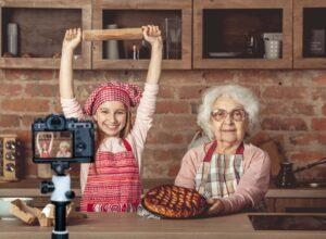 Starsza kobieta piekąca ciasto podczas pracy jako opiekunka