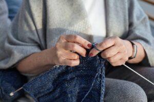 Starsza kobieta robiąca na drutach
