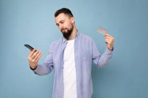 Mężczyzna korzystający z karty prepaid