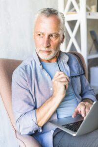 Mężczyzna rozważający pracę na emeryturze