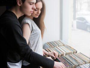 Para przeglądające używane płyty winylowe w sklepie muzycznym
