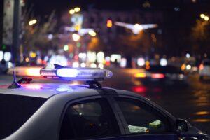 Radiowóz nocą podczas kontroli drogowej