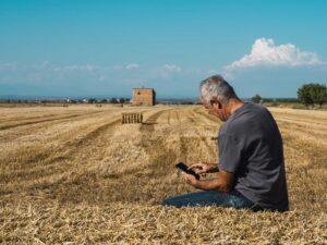 Rolnik korzystający z telefonu