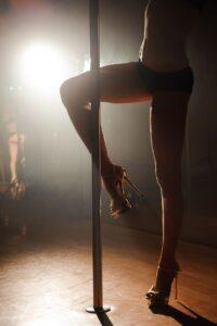 Kobieta tańcząca na rurze