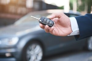 Mężczyzna trzymający kluczyki do auta sprowadzonego z zagranicy