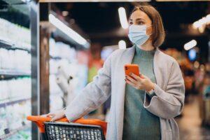 Kobieta robiąca zakupy stacjonarne podczas pandemii