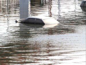 Zalane auto podczas powodzi