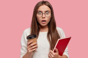 Kobieta zszokowana efektem latte