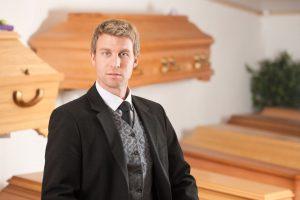 Grabarz w sklepie pogrzebowym