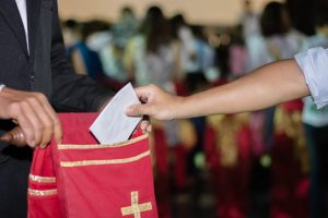 """Koperta z pieniędzmi przekazywana """"na ofiarę"""" w kościele"""