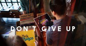 """Napis """"nie poddawaj się"""" i człowiek pasjonujący się muzyką"""