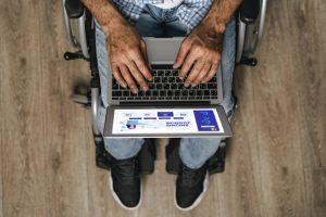 Niepełnosprawny pracujący na laptopie