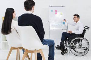 Niepełnosprawny przeprowadzający prezentację w pracy